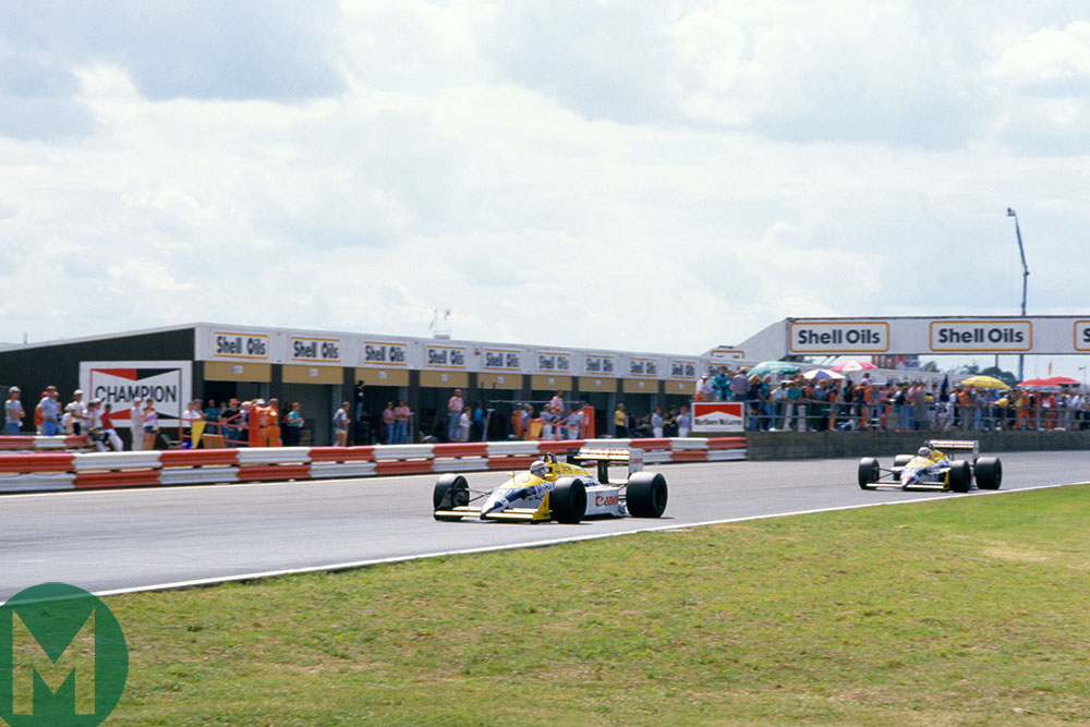 Nigel Mansell catches Nelson Piquet at the 187 British Grand Prix